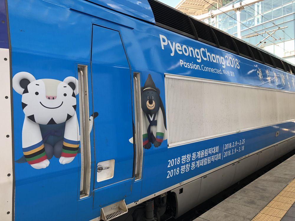 ソウル駅に停車する平昌オリンピック塗装のKTX