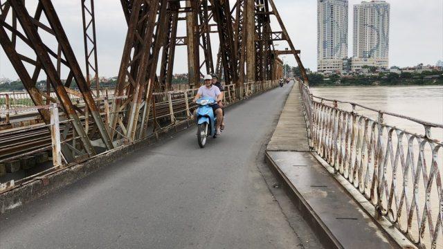 ハノイのロンビエン橋の歩道